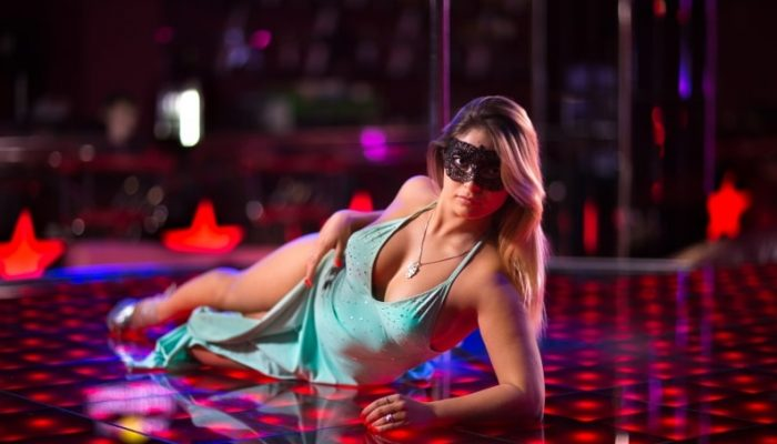 Стриптиз клуб - девушка месяца фото